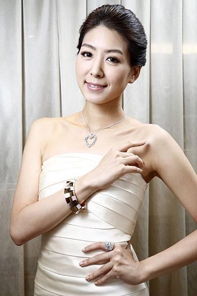 5.名模徐自璇配戴90周年珠寶Legend傳奇手環搭配Anima項鍊及戒指,融合柔美與個性,展現獨特風格
