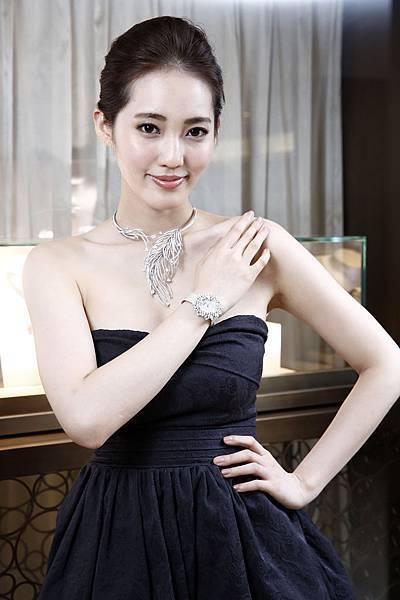2.名模王予柔亮麗配戴90周年珠寶Charleston羽毛項鍊及Mimosa腕錶