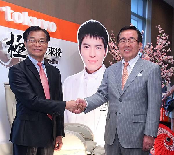 督洋生科技股份有限公司粘振雄總經理與FUJIRYOKI木原定男社長握手,慶祝未來合作圓滿愉快