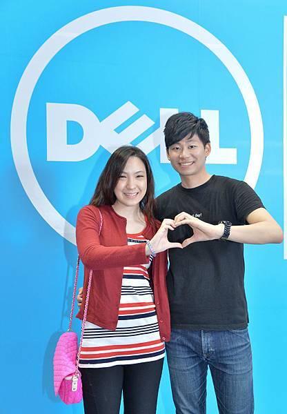 【圖三】應用展週末來Dell攤位,雙雙對對身擺出甜蜜姿勢,即可以第二件77折的超值優惠將情侶筆電「戴」回家,兩人分穿紅黑服飾,Dell還加贈電影票兩張,招待七夕約會看電影