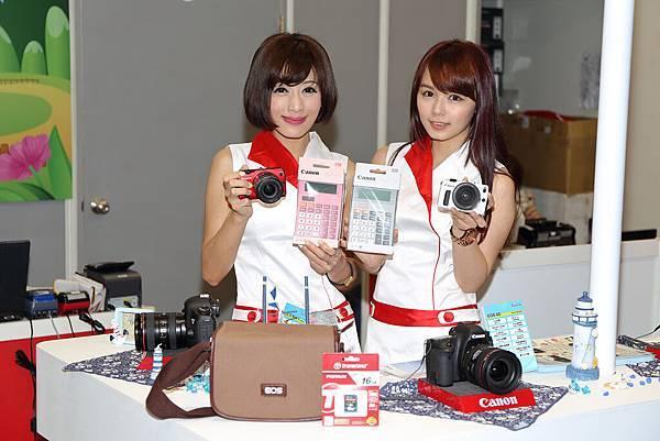 圖說四,買Canon迷你單眼EOS M多項實用週邊送給你!買就送迷你隨行包、16G記憶卡,展場再加碼Canon計算機。