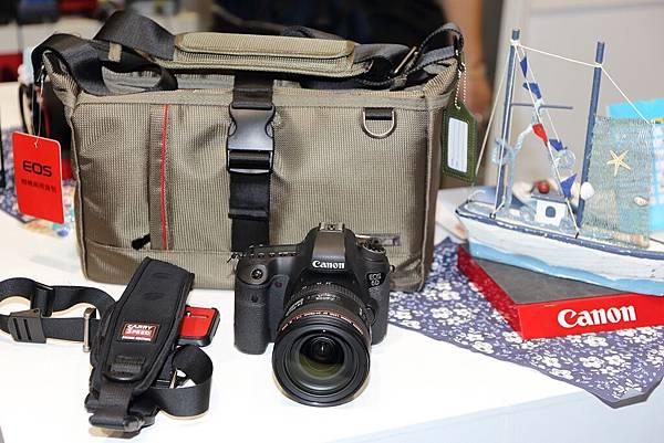 圖說三,全片幅國民單眼相機EOS 6D單鏡組(EF 24-70mm f4L IS USM)降價三千元,展場加碼送專業快拆式背帶等多項好禮!