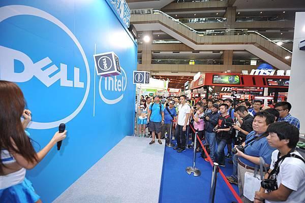 【圖四】消費者在「Lucky Dell好運999」骰子大賽,使盡全身好運要將筆電以NT$999的價錢帶回家
