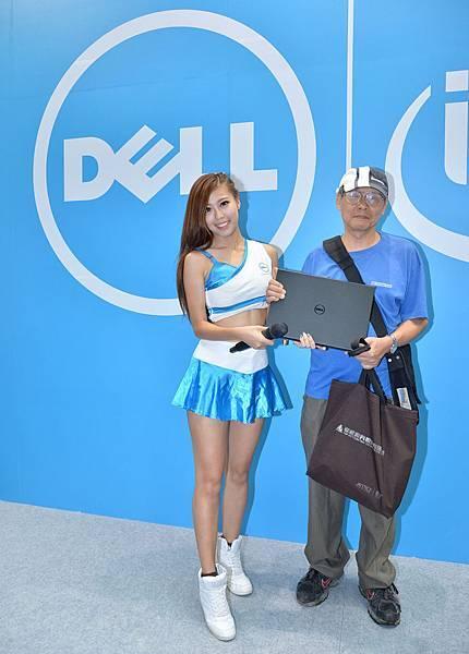 【圖五】Dell應援團團長Amis將$999筆電交給幸運贏家