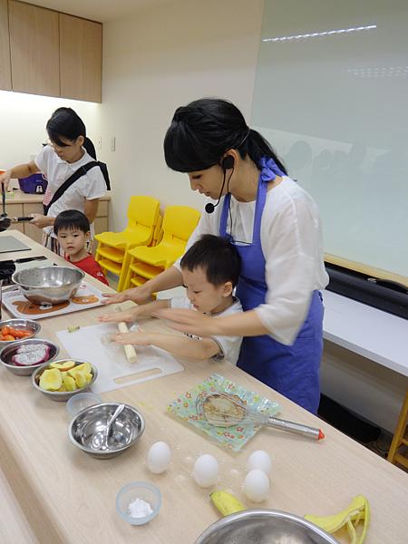 郁方也協助小朋準備裝飾鬆餅的材料