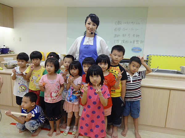 郁方老師也和所有參加活動的孩子大合照