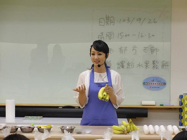 郁方老師為大家講解做鬆餅的注意事項