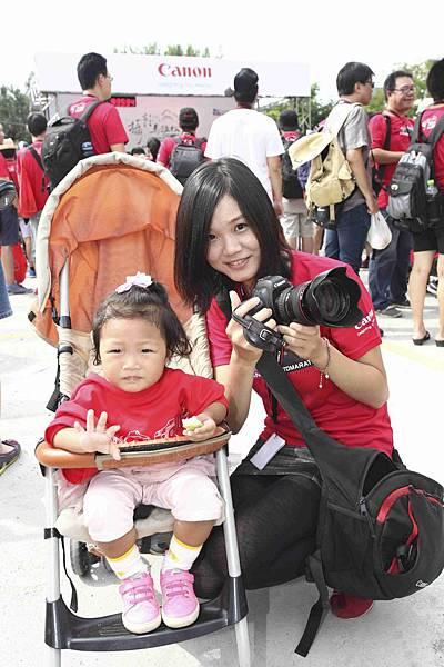 圖說三:今年超過九成以上的參賽者排除萬難準時出賽,圖中的參賽者將帶著一歲多的女兒全程參賽