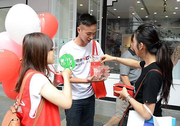 圖說四:遠傳志工走上街頭,邀請民眾發揮愛心,隨手零錢捐,幫助出養兒。