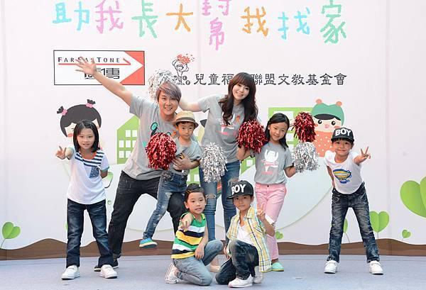 圖說五:愛心大使王仁甫與季妹妹率領兒女耶耶和樂樂,為出棄養兒使出渾身解數,重現亞洲天團5566的絕代舞蹈。