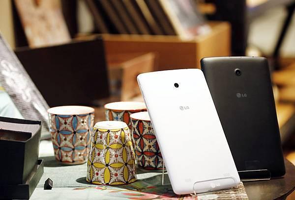 G Tablet 8.0捷克黑、北歐白於中華神腦及遠傳門市搶先推出,LTE版建議售價NT$8,990元整、Wi-Fi版建議售價NT$6,990元整。