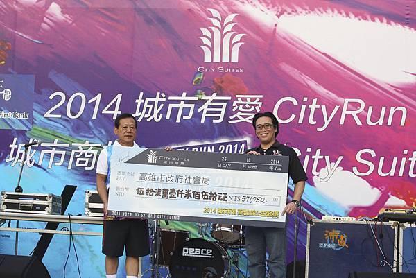 捐贈儀式 左起 海霸王企業集團總裁莊榮德、高雄市社會局局長張乃千2