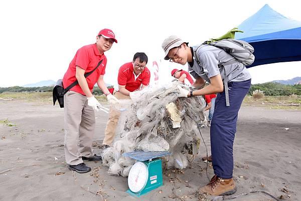 圖說五,除了塑膠廢棄物,在沙灘上也撿拾到許多廢棄漁網,呼籲人們捕捉魚類的同時,也記得還給海洋生物一個乾淨的環境。