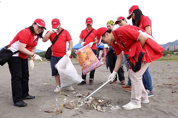 圖說六,上週六(10月25日)剛完成的八里挖仔尾淨灘活動,Canon百名企業志工共撿出352.9公斤的垃圾,呼籲隨手做環保,垃圾減量從平時做起。