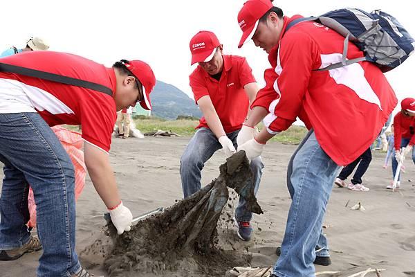 圖說四,Canon企業志工在沙灘上發現許多大小不一的塑膠廢棄物,無論是疏忽或是惡意丟棄皆嚴重迫害海洋生態。(中為Canon總裁鎌田篤)