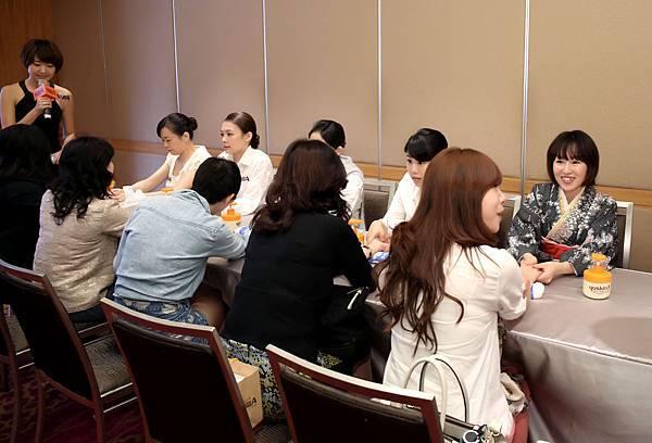 媒體茶敘由辻美紀小姐帶領美容師進行手部按摩體驗