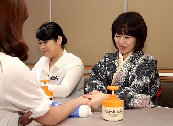 日本專業美容講師辻美紀小姐現場為媒體示範專業手部按摩步驟