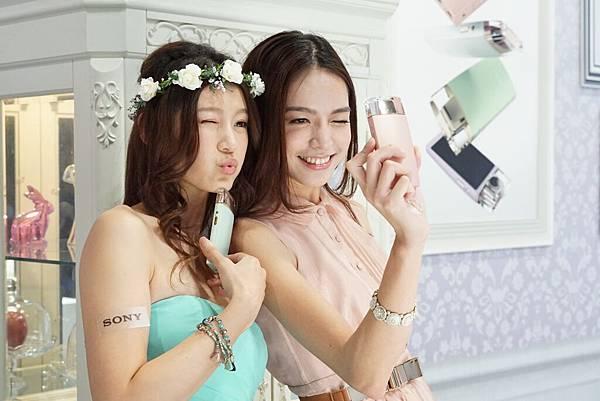 圖3. Sony【KW11】輕薄小巧的機身具備各式高效的拍攝功能,如同化妝包裡不可缺少的美顏法寶,擄獲每位女孩們的心!