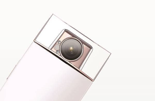 圖8.擁有施華洛世奇水晶質感般香水瓶蓋的Sony【KW11】21mm廣角鏡頭,可旋轉180度捕捉多變的動人樣貌