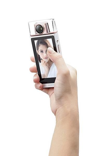 圖10. Sony全新【KW11】「觸控滑動拍攝」功能,無論是單張或4連拍倒數拍攝,只需以指尖輕滑螢幕即可啟動,定格美麗更不費力