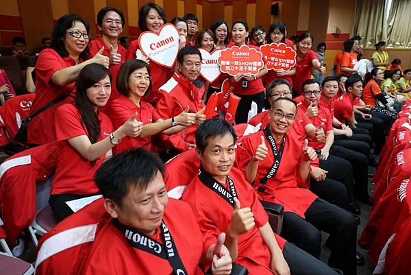 圖說四,Canon總裁鎌田篤(中)率領員工組成應援團,為舞台上熱舞的員工加油打氣,展現企業熱情活力的精神