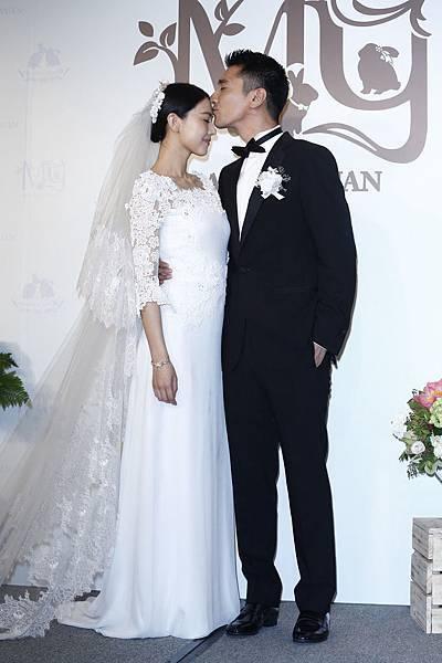 圖二_趙又廷穿著Ermenegildo Zegna量身訂製系列出席婚宴前記者會並與新娘高圓圓一起接受媒體專訪