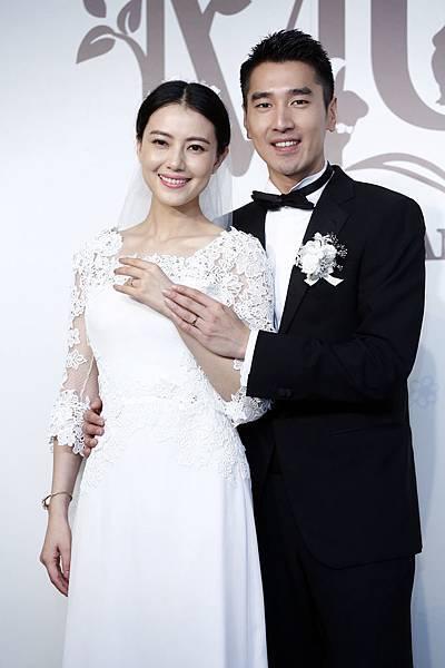 圖三_趙又廷穿著Ermenegildo Zegna量身訂製系列出席婚宴前記者會並與新娘高圓圓一起接受媒體專訪