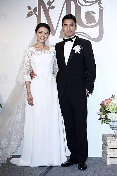 圖一_趙又廷穿著Ermenegildo Zegna量身訂製系列出席婚宴前記者會並與新娘高圓圓一起接受媒體專訪