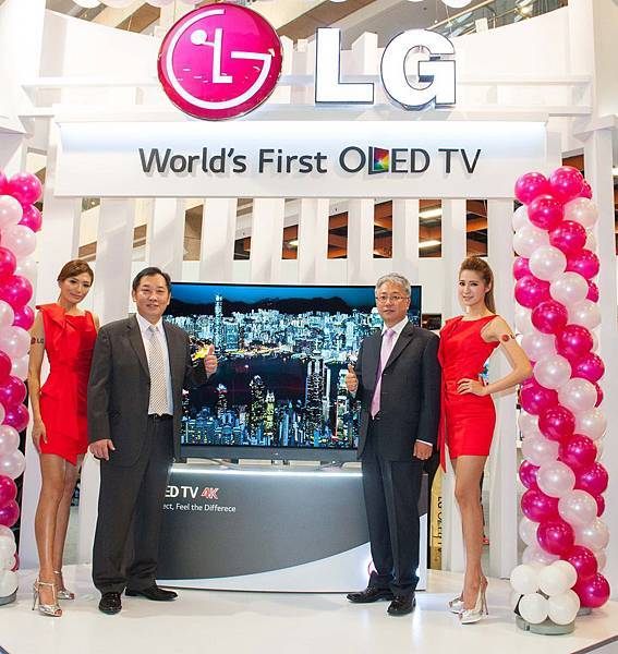 LG 77型OLED TV搶先在台曝光,左二-LG家電營銷部 羅時景副總、右二-LG家庭娛樂產品部 金炯俊協理