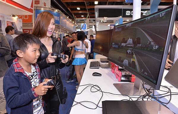 【圖三】Amis與民眾以Dell UltraSharp 34吋曲面顯示器飆玩急速F1賽車遊戲