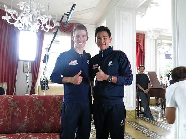 與2013世界冠軍Rui Costa合影,彭于晏也變車迷(英皇提供)