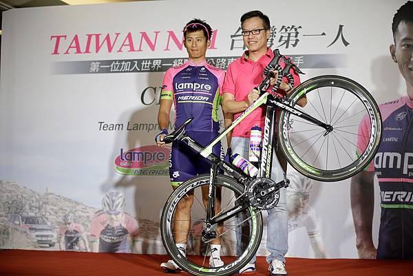 美利達自行車鄭文祥副總經理(左)期許馮俊凱(右)騎乘美利達戰駒為台灣爭光