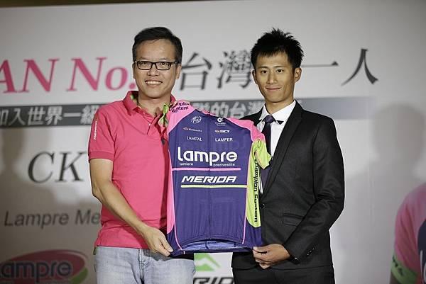 美利達自行車鄭文祥副總經理(左)表示美利達終於完成台灣第一人前進世界一級舞台的夢想