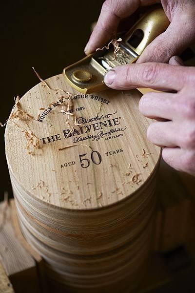 THE BALVENIE百富50年珍稀威士忌系列包裝盒以49層蘇格蘭原生橡木和1層黃銅純手工打造一深一淺的環形桶