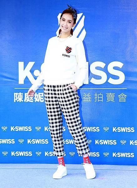 【K-SWISS】代言人陳庭妮身著經典白鞋配搭黑白毛呢長褲,以甜美裝扮展現美式休閒風格,與粉絲於聖誕節前響應公益