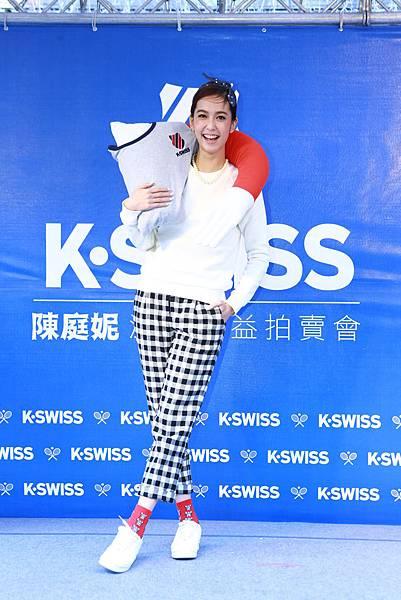 【K-SWISS】陳庭妮精心準備手臂抱枕與粉絲交換禮物,俏摩女宣言給粉絲依靠,溫暖過聖誕