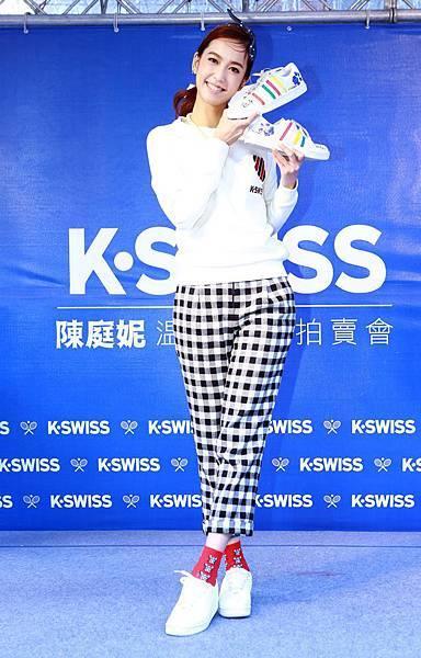 【K-SWISS】陳庭妮與狗女兒Chelsea共同參與顛覆白計畫創作,公益拍賣獲得NT$52000元熱烈響應