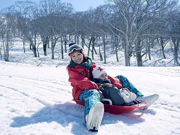 月山滑雪場-首次體驗親子滑雪盆 母子倆玩得不亦樂乎