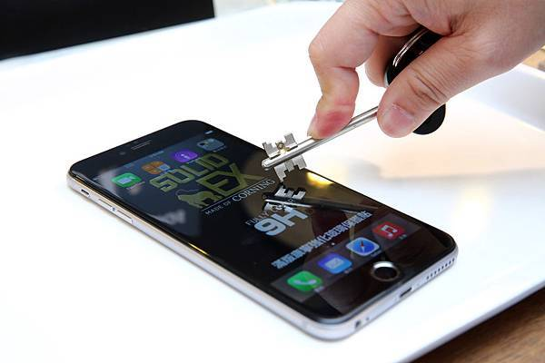 《圖3》imos SOLID EX正達3D滿版康寧強化玻璃保護貼獨家採用康寧玻璃材質,提供比一般強化玻璃更強、更優越的抗刮性,硬度達9H,表面氟素噴塗更較一般高2倍標準的防汙疏油層,提供iPhone 6 & 6 Plus最強固、耐撞擊的完美螢幕保護產品