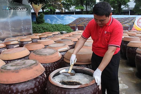 創業至今逾百年的西螺大同醬油工廠沿用第一代製作醬油時相同的傳統工法,經過製麴、入缸、曝曬等繁複工序,以黑豆製造醬油