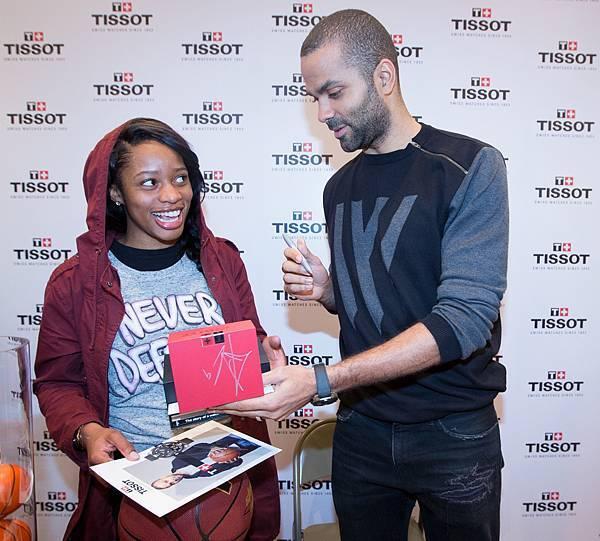 圖2.天梭表全球形象大使Tony Parker親手贈送尼克隊比賽門票及一只TISSOT T-Touch Expert Solar Tony Parker年限量版腕錶給當天籃球比賽獲勝者