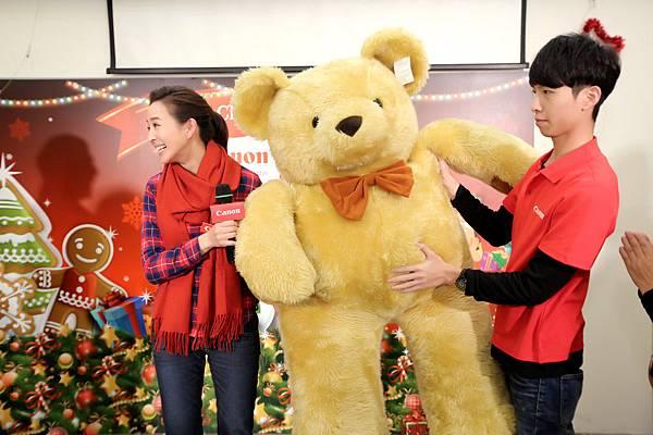 圖說六,愛心大使張鈞甯帶來驚喜禮物,贈送全球限量超大泰迪熊給榮光育幼院孩童們,傳遞滿滿的溫暖
