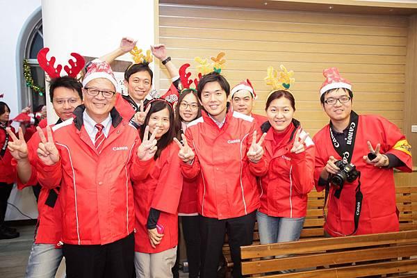 圖說八,Canon台中工廠企業志工們一起欣賞台中光音院童的精彩表演,希望在企業志工的幫助及關懷下,培養孩子們勇敢追求夢想的勇氣