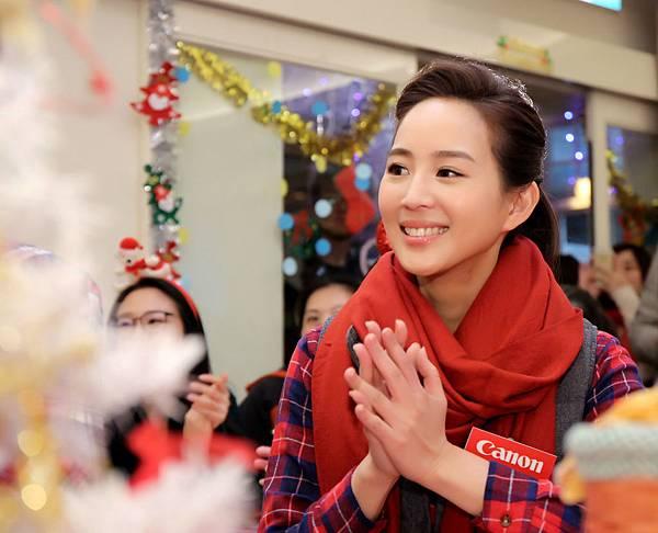 圖說五,愛心大使張鈞甯與Canon志工再度造訪台北榮光育幼院,和院童在歡笑聲中共度快樂時光並親自贈送聖誕禮物