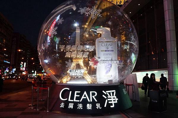 [CLEAR淨]充滿時尚精神的CLEAR淨首次將巴黎鐵塔的冬景水晶球搬到市政府捷運站2號出口廣場!