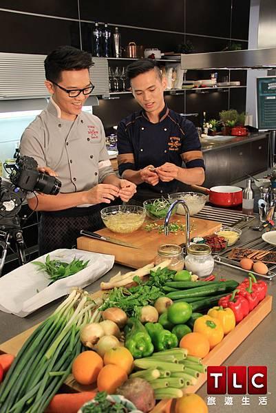 Joel與Soac拍攝《雙廚出任務_完美情人夜》聯手出擊,教大家做出讓另一半驚喜連連的情人餐。