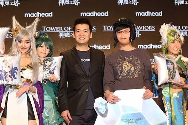 (0128神魔戰報)神魔爭霸戰得主玩家林溢泓奪冠(右)madhead創辦人曾建中(左)頒發500顆魔法石