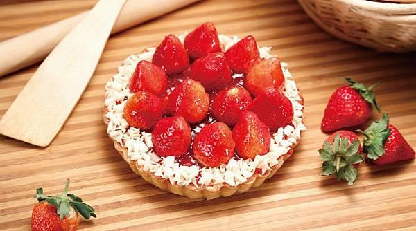圖說一:因應拜年需求與草莓季到來,【喜之坊】6吋草莓派採用手工派皮、進口白巧克力與綿密卡士達內餡,還吃得到新鮮飽滿草莓!