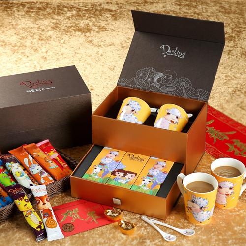 圖說二:【親愛的白咖啡】推出「親愛的新春錦盒」,包含應景羊年對杯與湯,還有精美小禮盒,共有18包沖泡包。