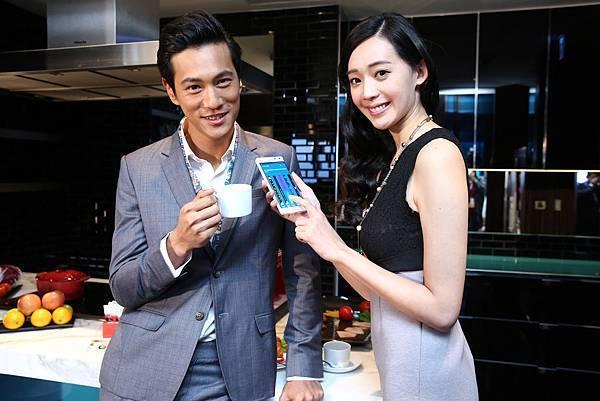 消費者除了能將喜歡圖案設為Edge螢幕待機桌布,還有台灣獨享的個人化桌布與動態桌布選擇,讓手機也能成為最「型」的時尚配件